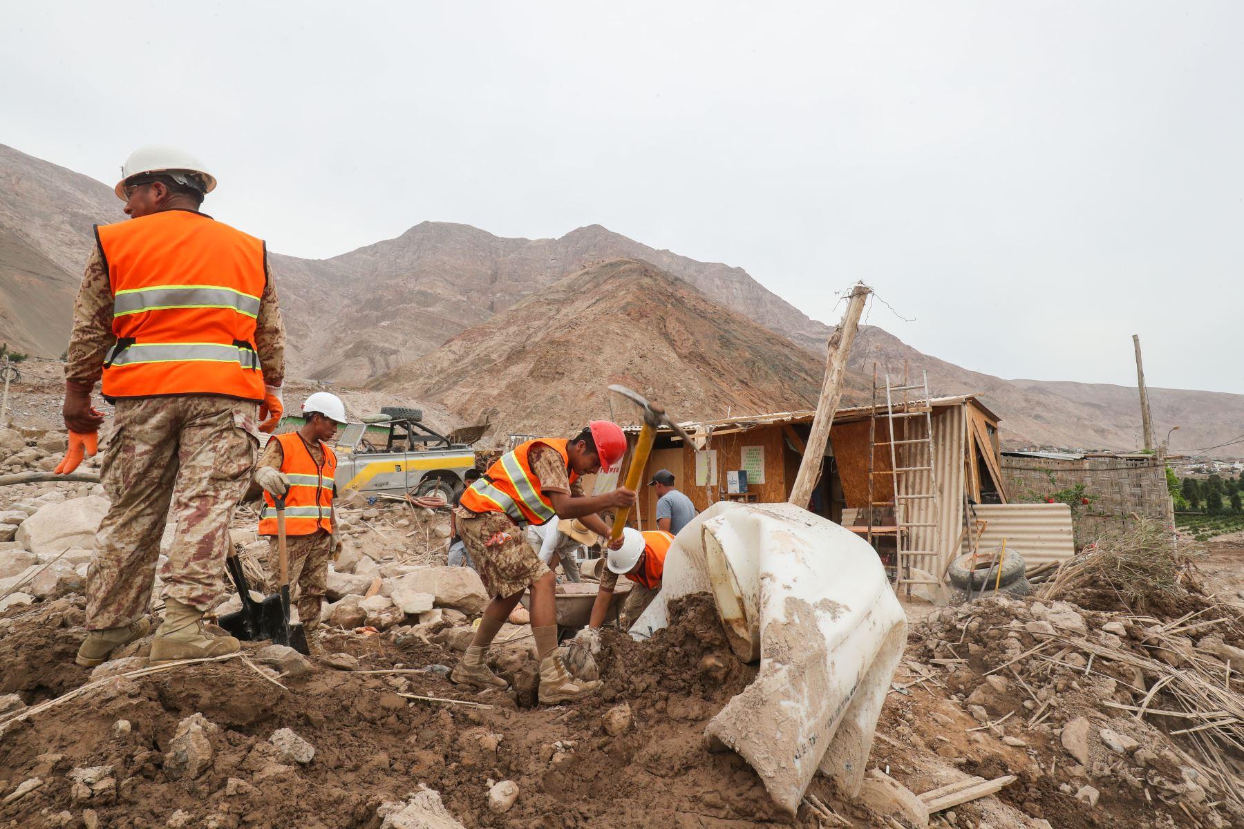 Trabajos de remoción de escombros por parte del personal del ejército y pobladores afectados por los huaycos en el distrito de Aplao.  Foto: ANDINA/Juan Carlos Guzmán Negrini.