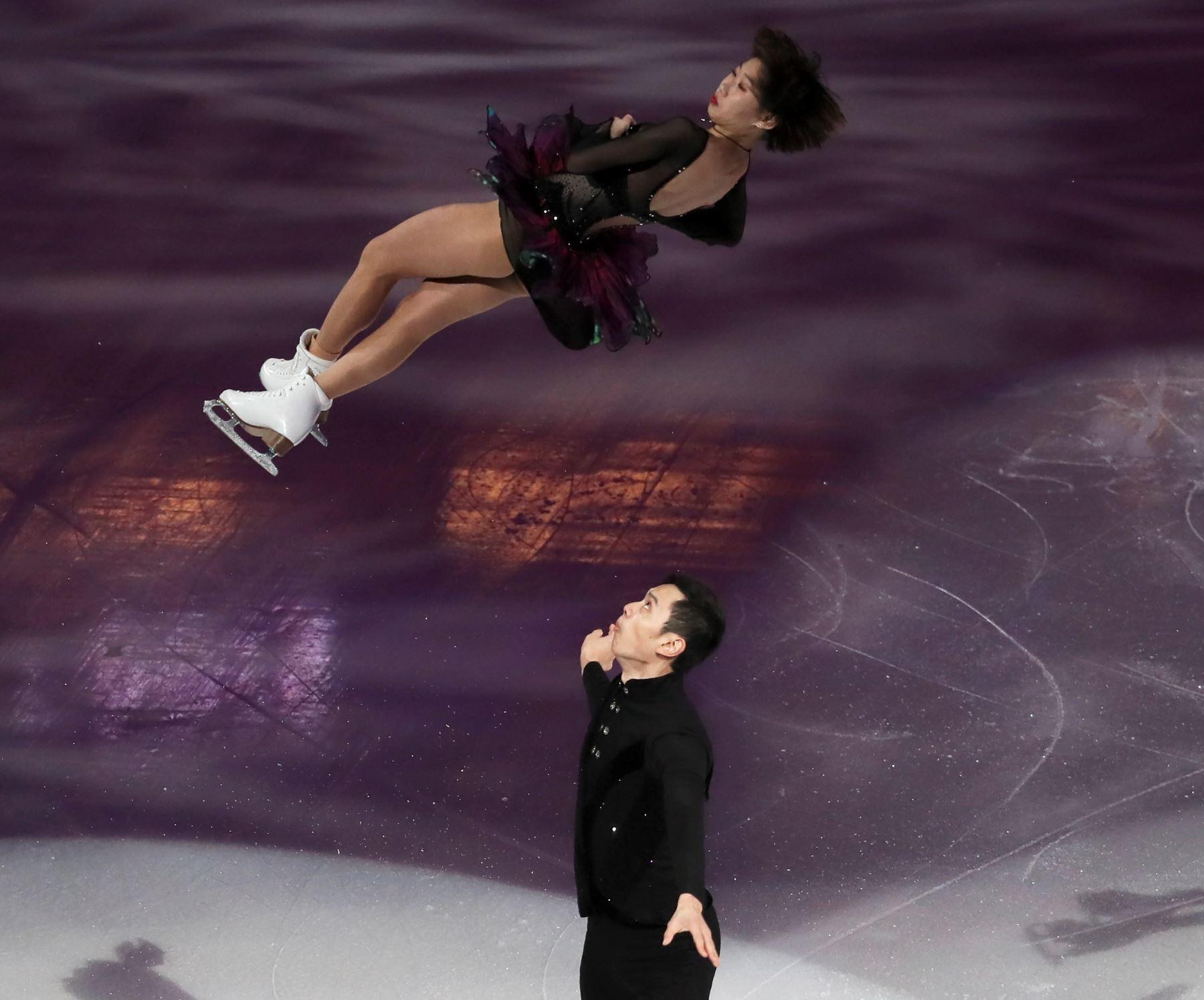 os patinadores chinos Cheng Peng y Yang Jin durante el programa corto por parejas de los Campeonatos de los Cuatro Continentes de patinaje Artístico sobre Hielo, este domingo en el Honda Center de Anaheim, California (Estados Unidos). EFE/ Alex Gallardo