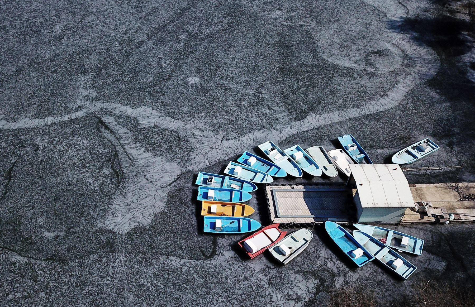 Varios barcos de pesca atracados este lunes en el helado lago Geumgwang en Anseong (Corea del Sur). Se prevén temperaturas de ocho grados bajo cero esta semana en la zona. EFE/ Yonhap