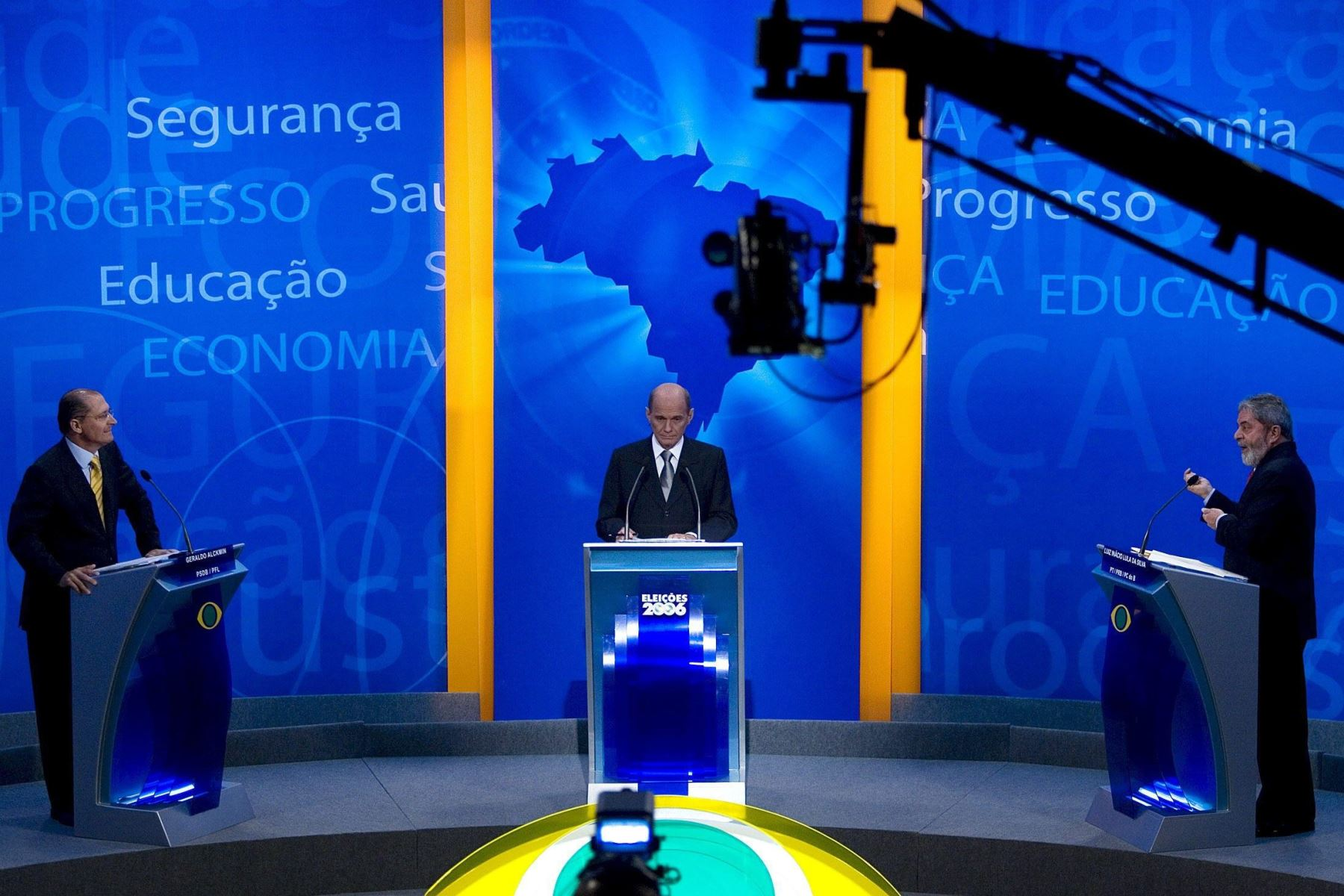 Fotografía de archivo del 8 de octubre de 2006, del reconocido periodista y presentador brasileño de televisión Ricardo Boechat durante el debate de las elecciones presidenciales de ese año con el expresidente Luiz Inácio Lula da Silva y Geraldo Alckmin Foto: EFE