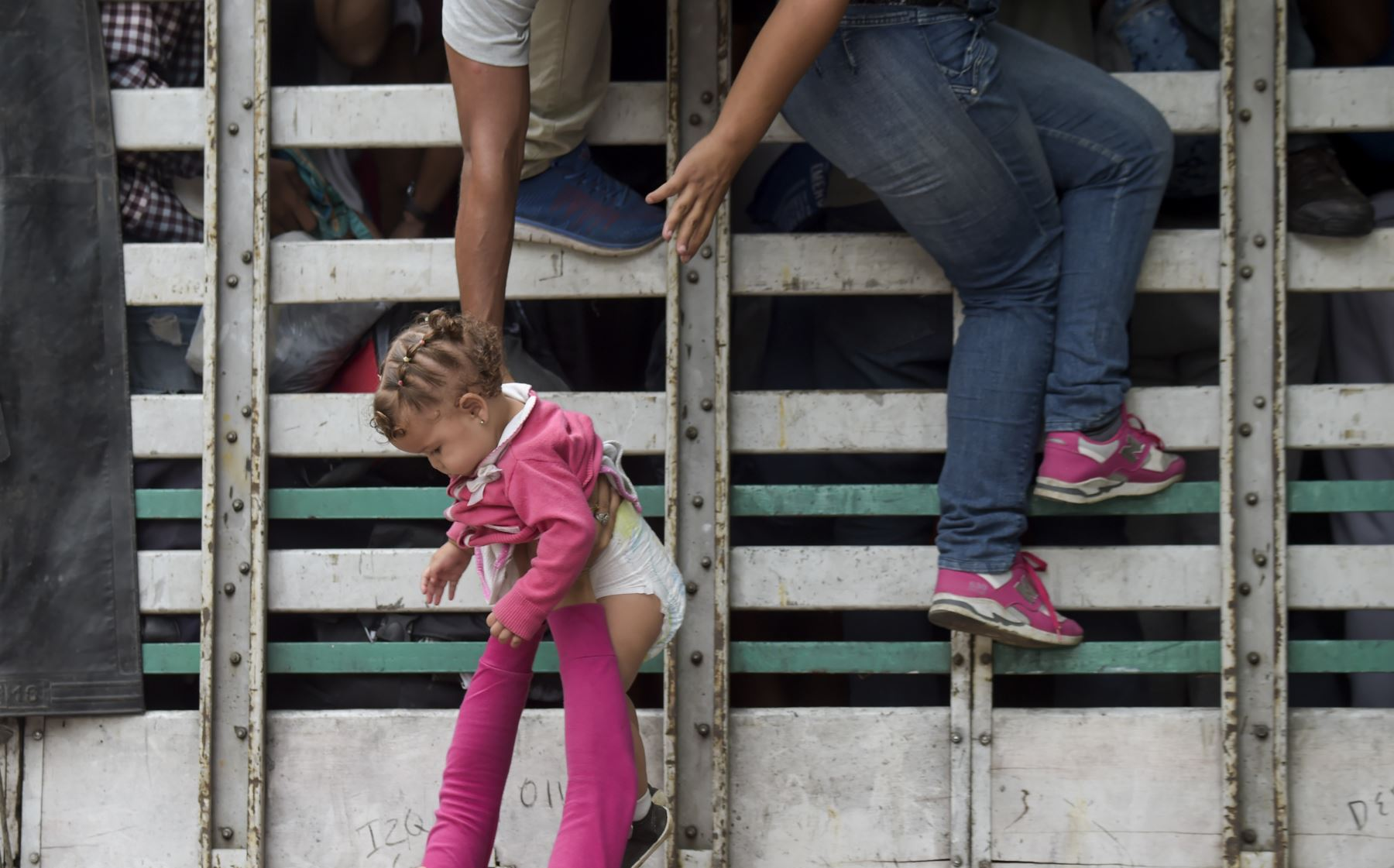 Los migrantes venezolanos suben a un camión en la carretera de Cúcuta a Pamplona, en el departamento de Norte de Santander, Colombia. Foto: AFP/. Raul Arboleda