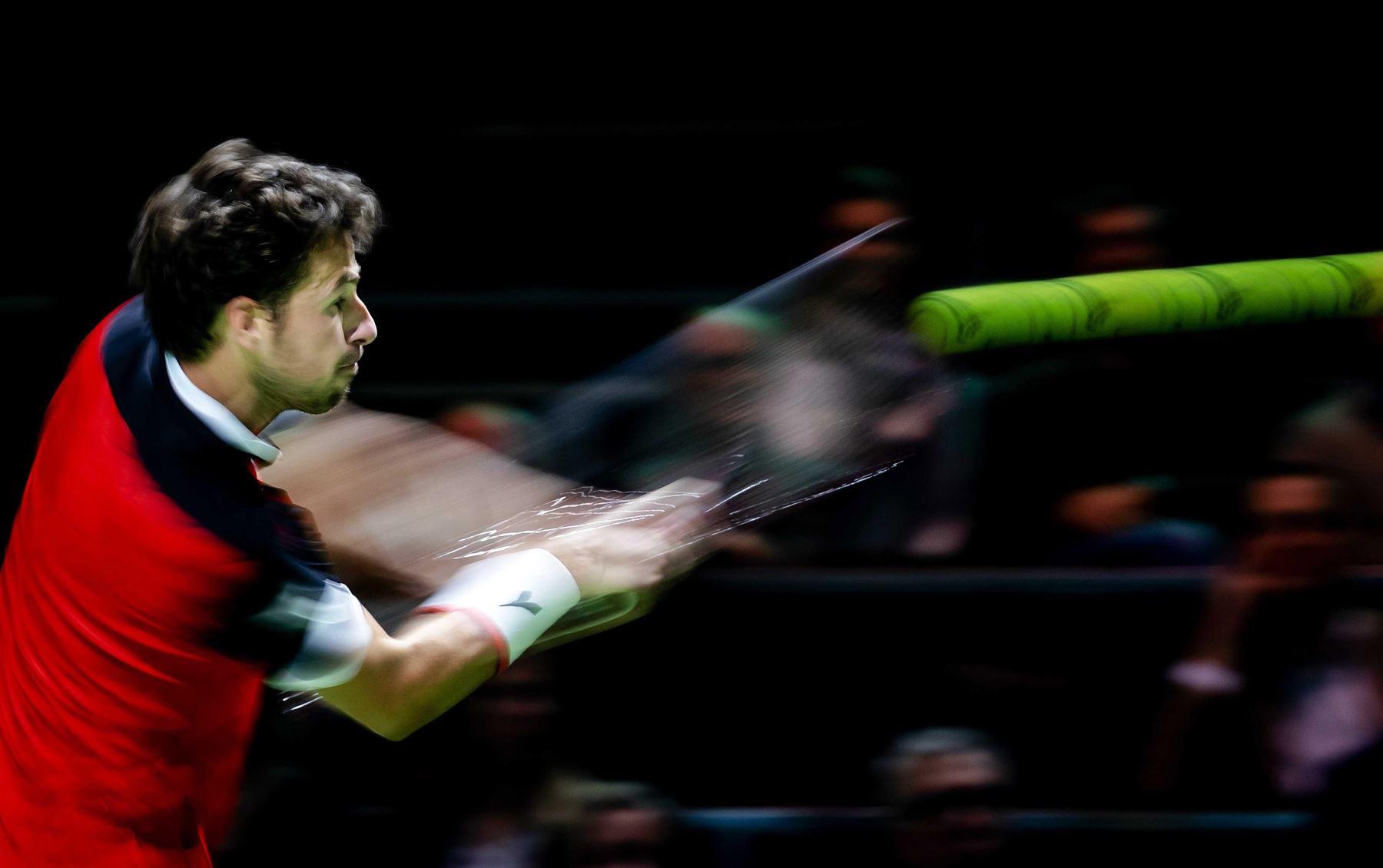 El tenista holandés Robin Haase devuelve la bola al kazajo Mikhail Kukushkin durante su encuentro del torneo ATP de Rotterdam, este lunes, en Holanda. Foto: EFE/ Robin Van Lonkhuijsen