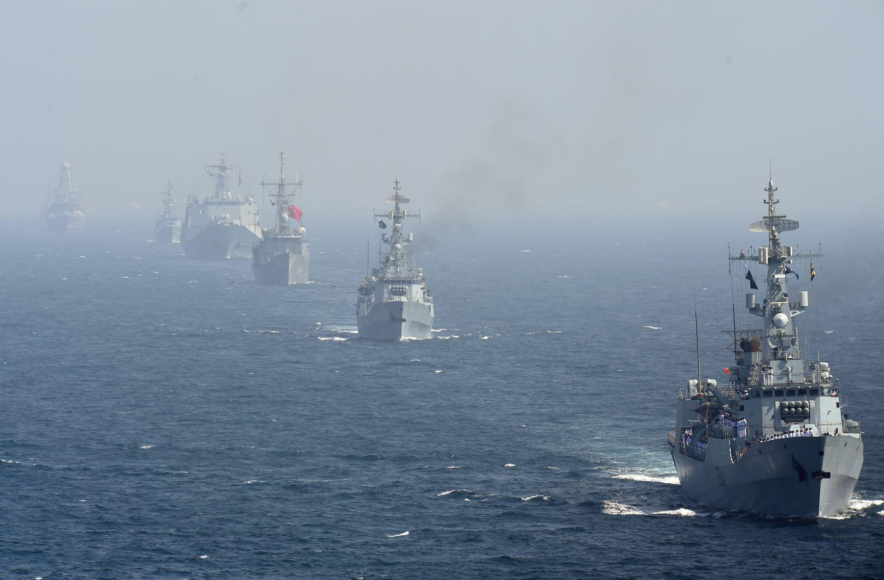 Barcos navales de varios países se representan durante los ejercicios navales multinacionales