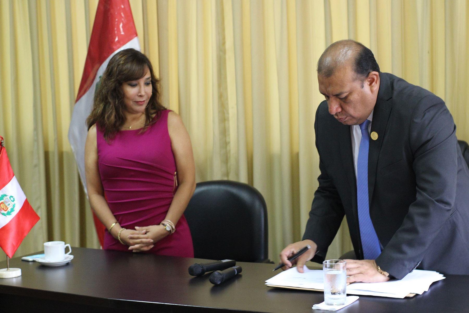 Firma del convenio por el que la Municipalidad de San Luis se compromete a implementar la Declaración Jurada de Intereses entre sus principales funcionarios.