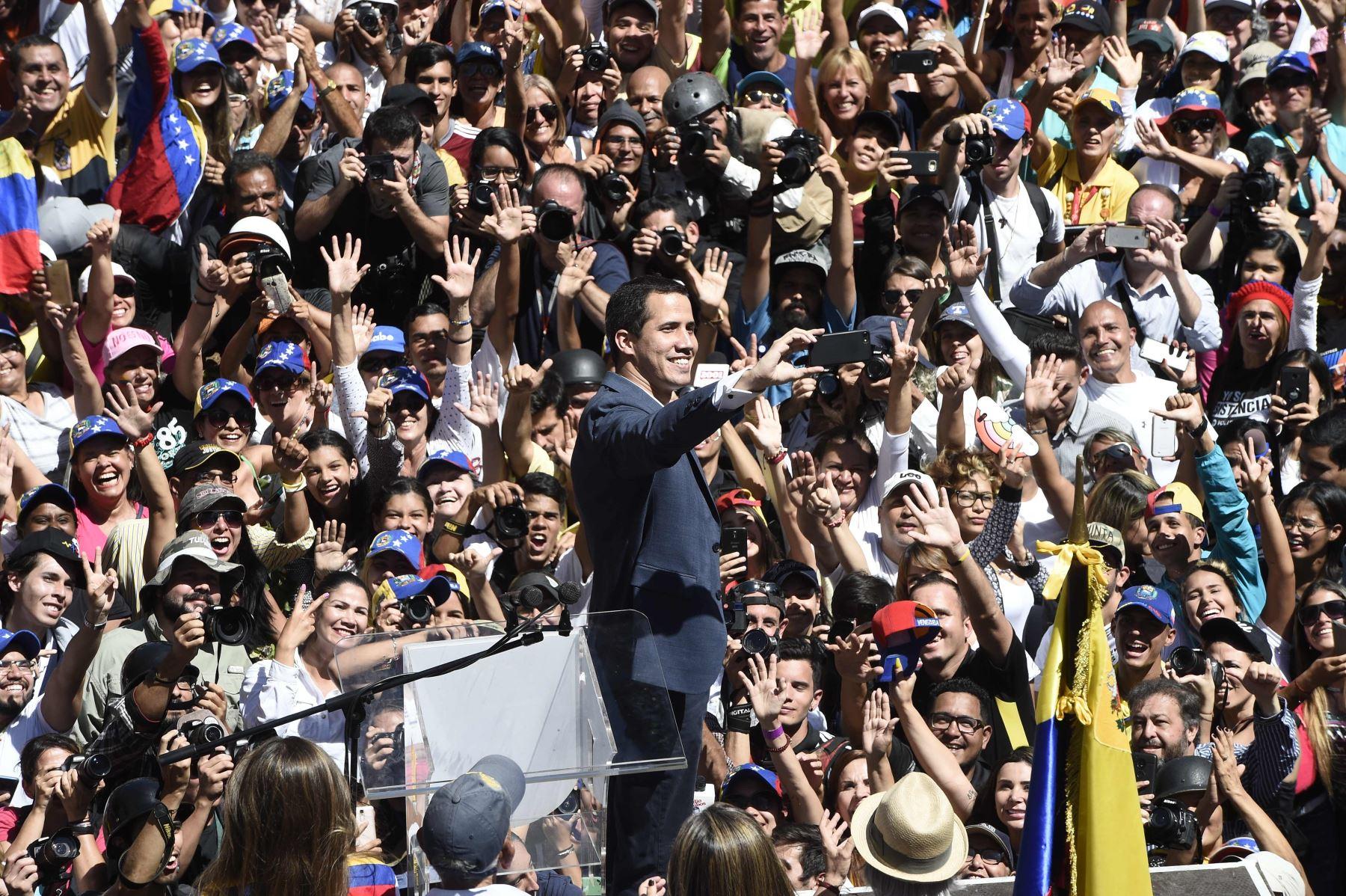 El líder opositor venezolano y autodeclarado presidente Juan Guaido se toma un selfie con sus simpatizantes durante el mitin de hoy Foto: AFP
