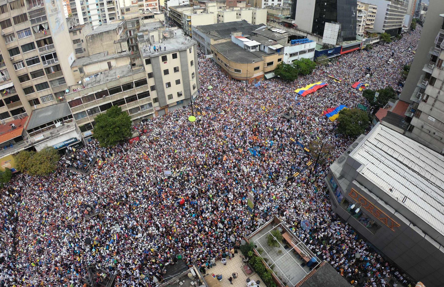 Vista panorámica de los partidarios del líder opositor venezolano y autodeclarado presidente Juan Guaido durante el mitin del día de hoy  Foto: AFP