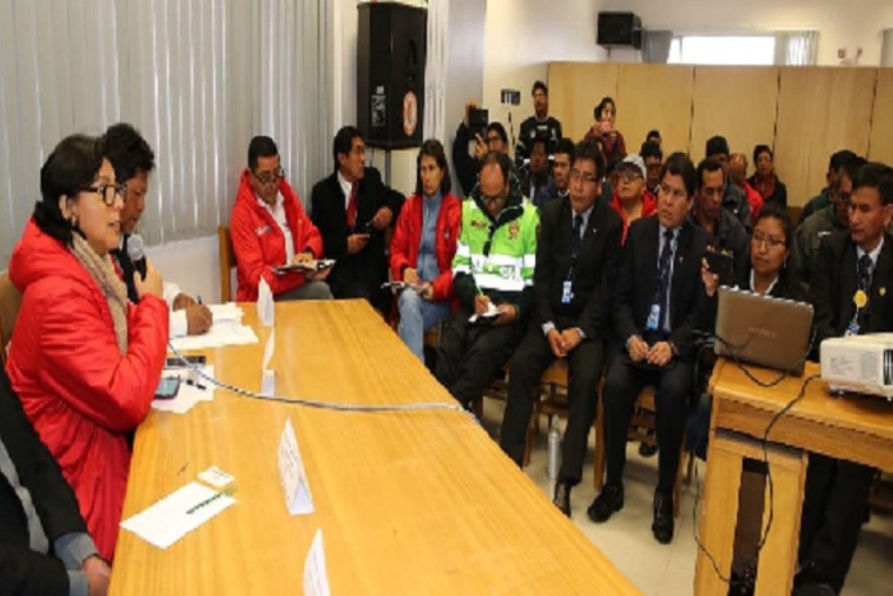 La ministra de Trabajo y Promoción del Empleo, Sylvia Cáceres Pizarro, encabezó las coordinaciones que efectúa el gobierno en Puno, a donde llegó acompañada de una comitiva para presidir la reunión de emergencia con integrantes de la Plataforma Regional de Defensa Civil de esta región.