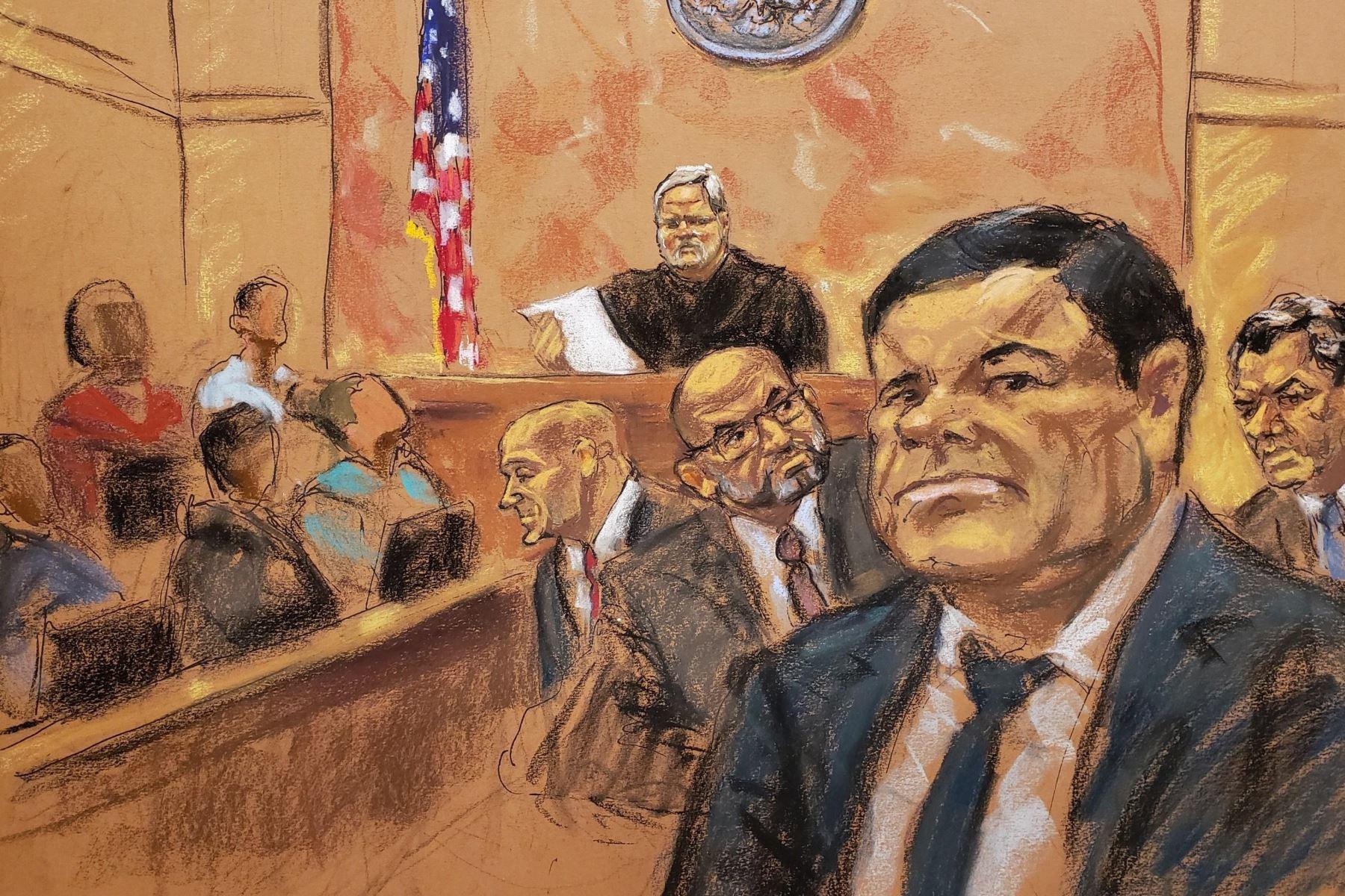 """Reproducción fotográfica de un dibujo realizado por la artista Jane Rosenberg donde aparece el juez de la corte federal de Brooklyn, Brian Cogan, mientras lee el veredicto contra el narcotraficante mexicano Joaquín """"el Chapo"""" Guzmán Foto: EFE"""