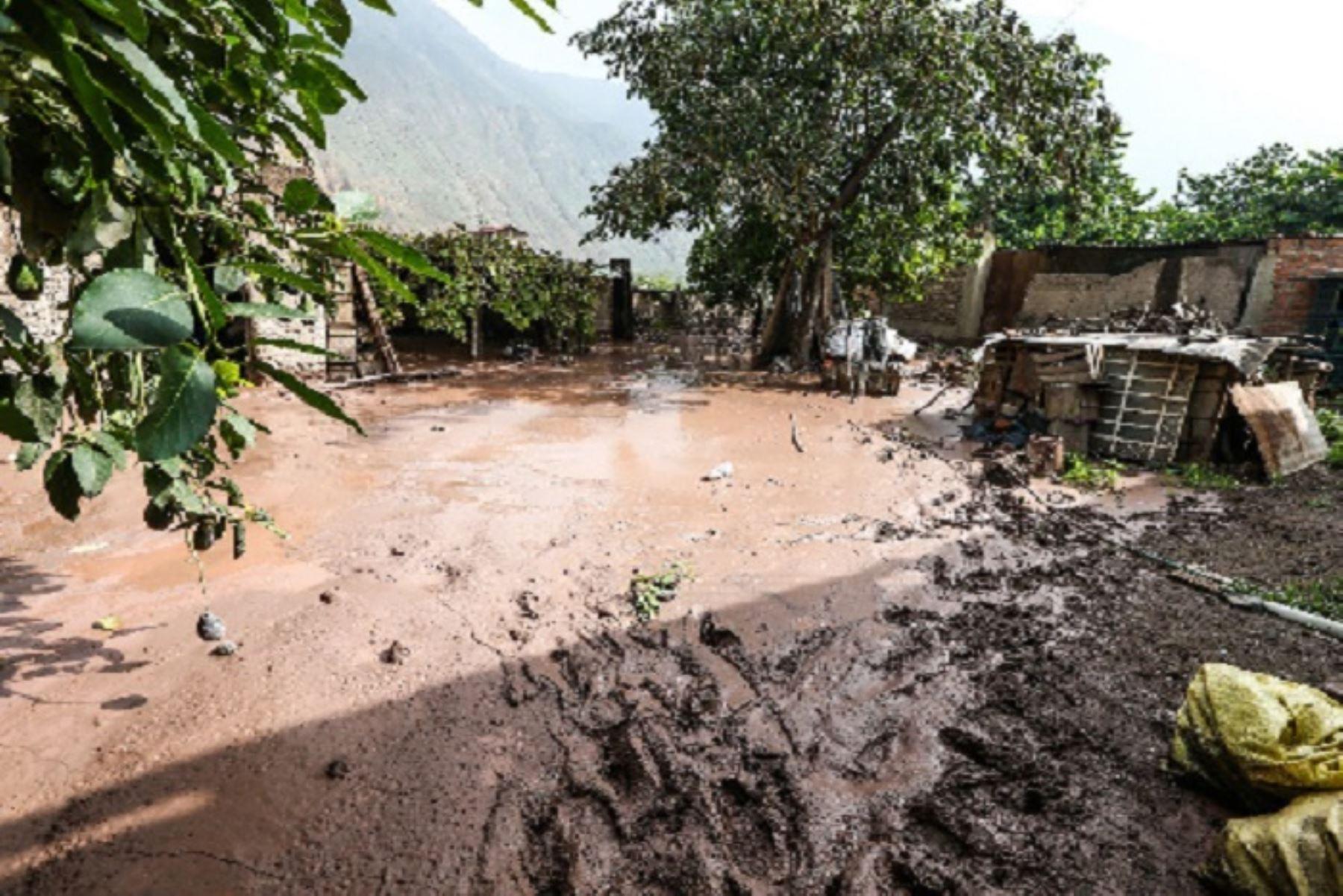 Un total de 213 distritos situados en la sierra (180) y selva (33) del país presentan un riesgo muy alto de la ocurrencia de huaicos, deslizamientos o movimientos de masa ante el inicio de lluvias para ambas regiones anunciadas por el Senamhi, estimó el Centro Nacional de Estimación, Prevención y Reducción del Riesgo de Desastres (Cenepred). ANDINA/Difusión