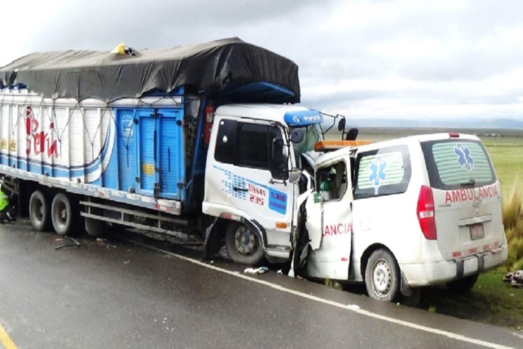 El choque entre una ambulancia contra la parte delantera de un camión, en la Carretera Central, tramo Pasco – La Oroya, en el kilómetro 104, cerca a la comunidad campesina de Shelby, dejó como saldo cuatro personas muertas- entre ellas dos venezolanos- y un herido.