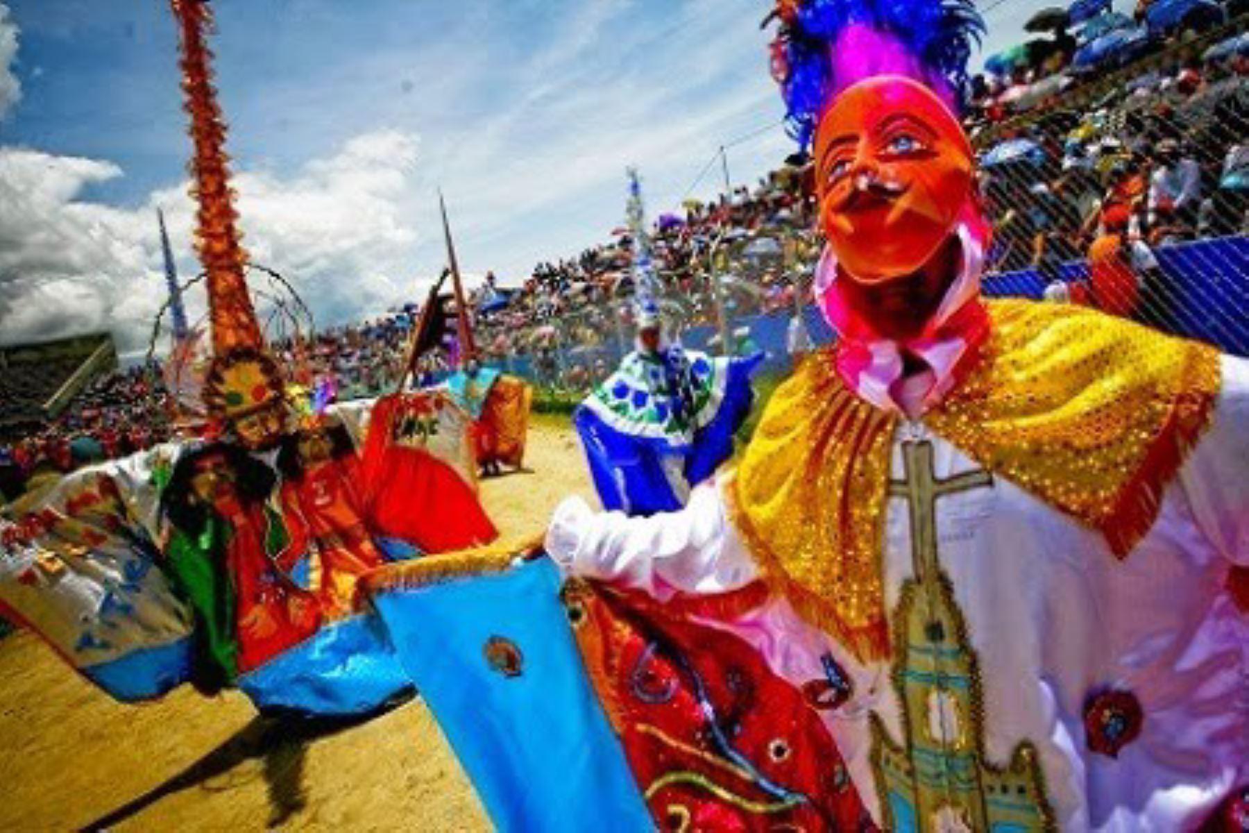 Carnavales en Perú: la fiesta desbordante de todas las sangres y culturas regionales.