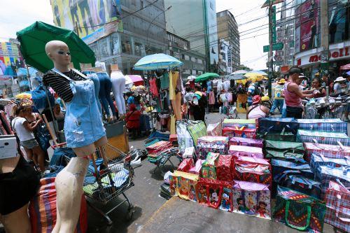 Centro comercial de Gamarra aún muestra presencia de ambulantes, pese a ordenanza municipal. Foto: ANDINA/Norman Córdova.