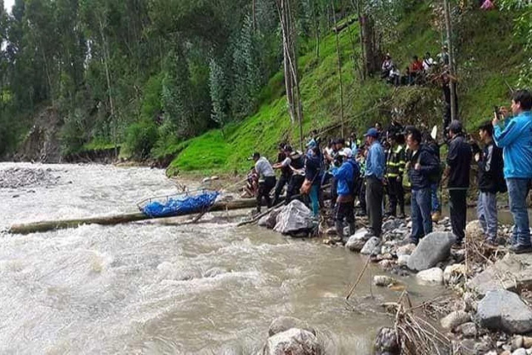 La Policía Nacional del Perú recuperó hoy el cuerpo de una anciana que cayó a las aguas del río Pomabamba, en la provincia del mismo nombre, región Áncash.