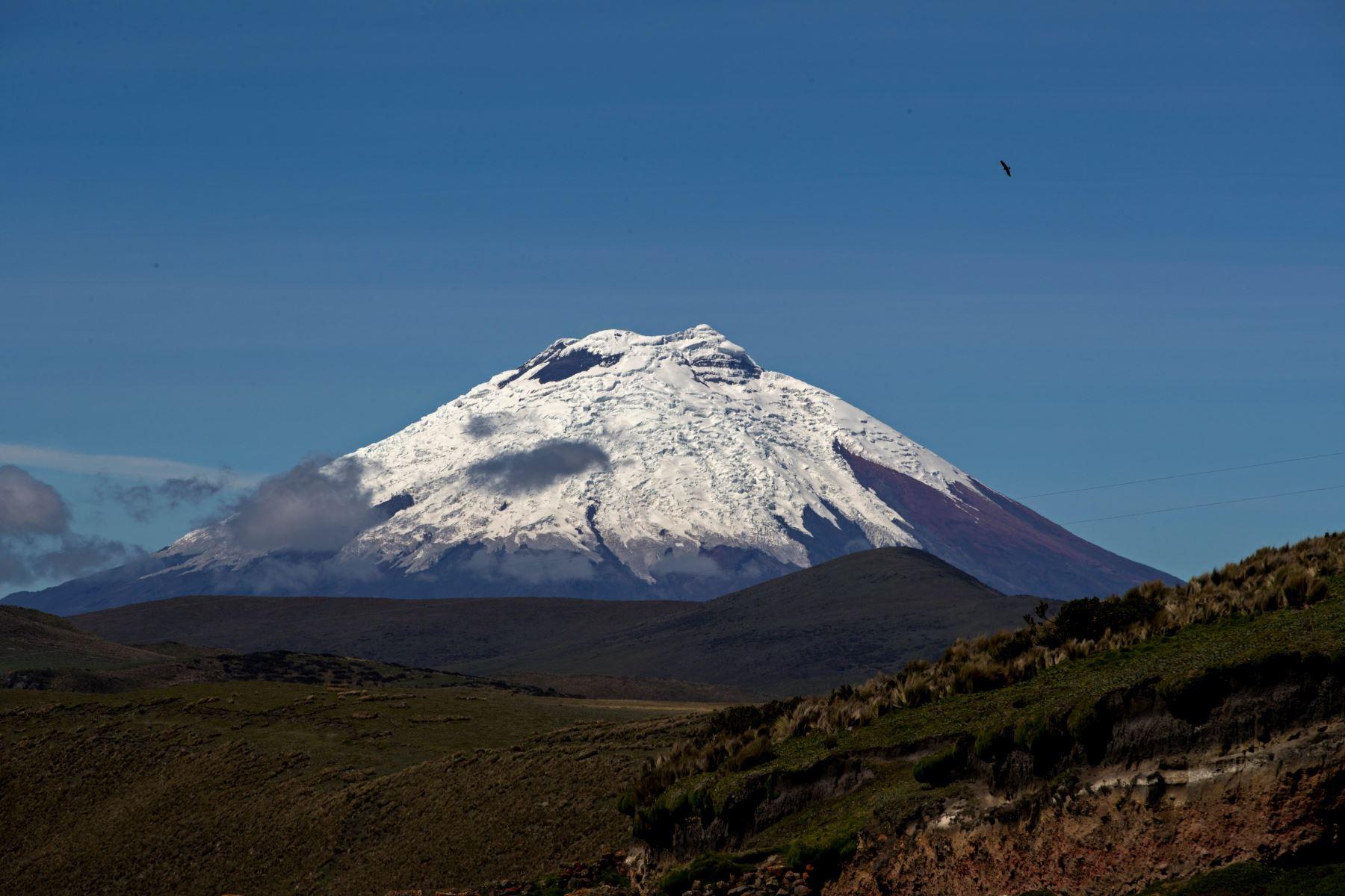 Volcán Cotopaxi, visto desde la provincia de Napo, y que cuenta con una cobertura glaciar. Foto: EFE