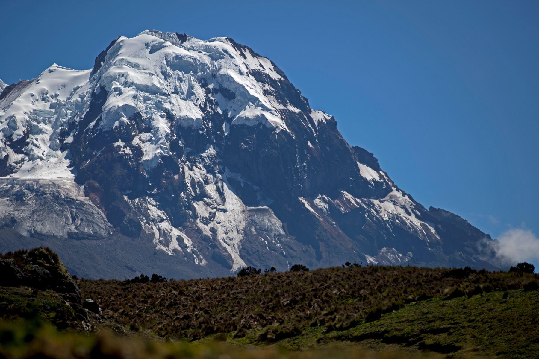 Volcán Antisana, que cuenta con una cobertura glaciar y está ubicado en la provincia de Napo (Ecuador). Foto: EFE