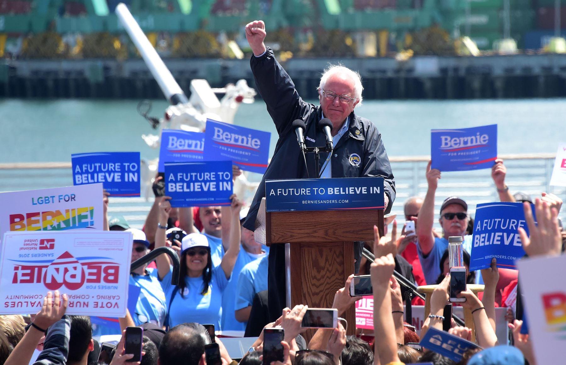 Foto de archivo tomada el 27 de mayo de 2016 muestra al candidato del Partido Demócrata Bernie Sanders hablando en el distrito portuario de San Pedro de Los Ángeles, California. Foto: AFP