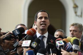 El líder opositor venezolano y el autoproclamado presidente en funciones, Juan Guaidó, habla a los periodistas en Caracas el 19 de febrero del 2019. Foto: AFP.