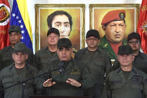 El ministro de Defensa de Venezuela, Vladimir Padrino, gesticula mientras pronuncia un discurso, rodeado de militares en el edificio del Ministerio de Defensa. Foto: AFP.