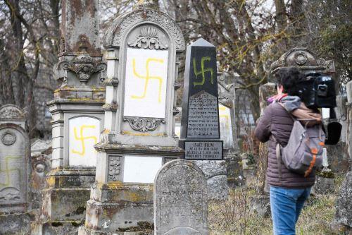 Tumbas vandalizadas con esvásticas en el cementerio judío de Quatzenheim, el día de una marcha nacional contra el aumento de los ataques antisemitas. Foto: AFP