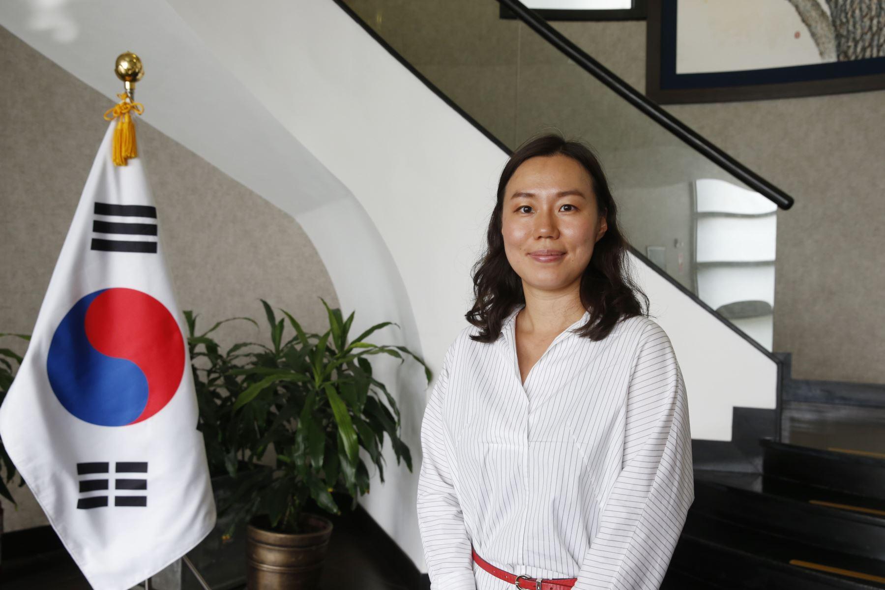 Segunda Secretaria y Cónsul de la Embajada de la República de Corea, Seoung Eunji, informa sobre becas integrales que ofrece Estado coreano a peruanos. ANDINA/Nathalie Sayago