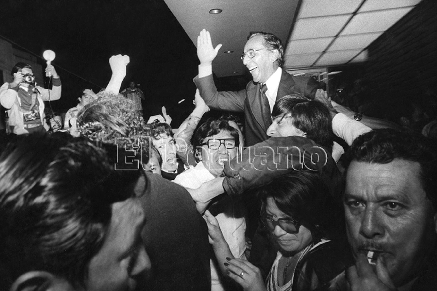 Lima - 4 diciembre 1977 /  Luis Bedoya Reyes es llevado en hombros por sus partidarios luego de sostener un debate con Héctor Cornejo Chávez Democracia Cristiana en el programa Contacto Directo en canal 4. Foto: Archivo Histórico de EL PERUANO