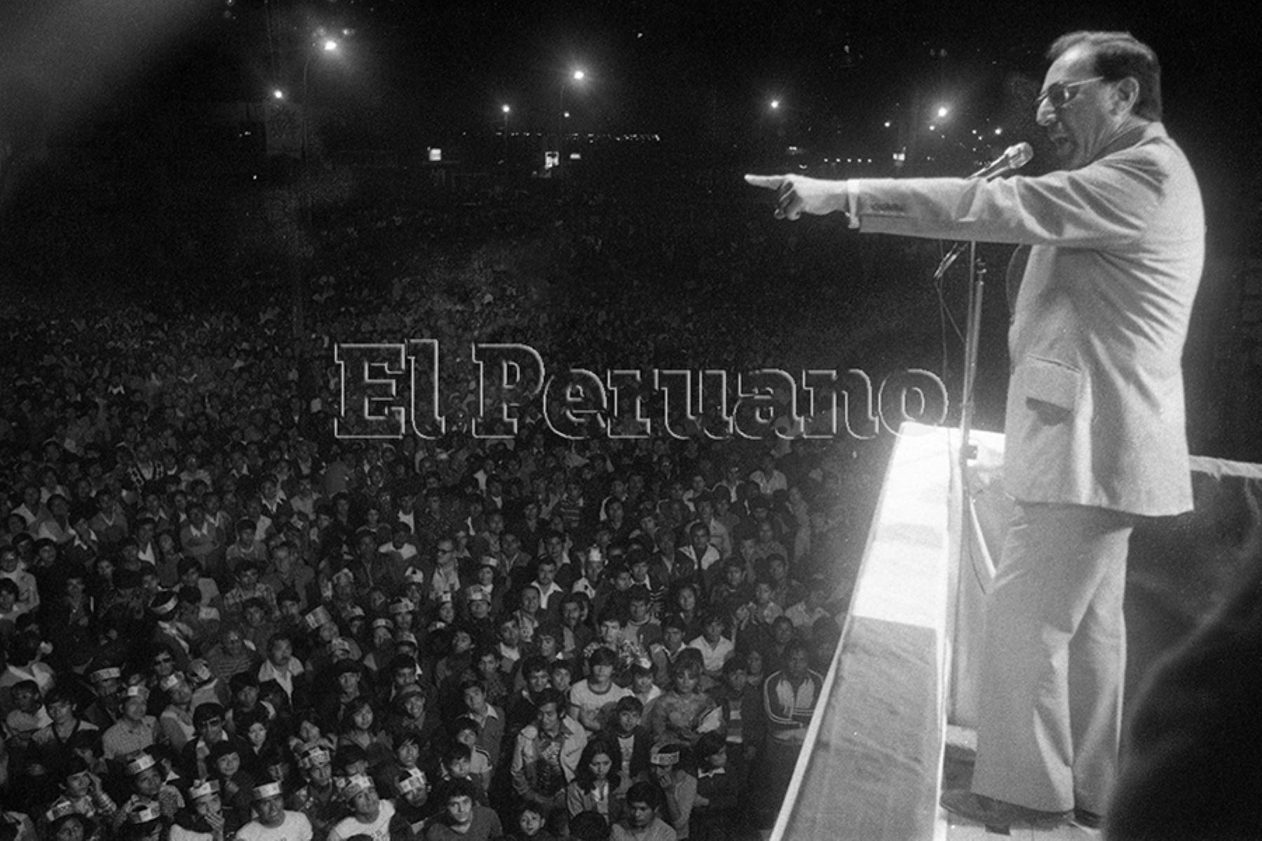 Lima - 6 mayo 1980 / El candidato presidencial por el Partido Popular Cristiano, Luis Bedoya Reyes; encabezó un multitudinario mitin en Comas. Foto: Archivo Histórico de EL PERUANO / Alejandro Aguirre