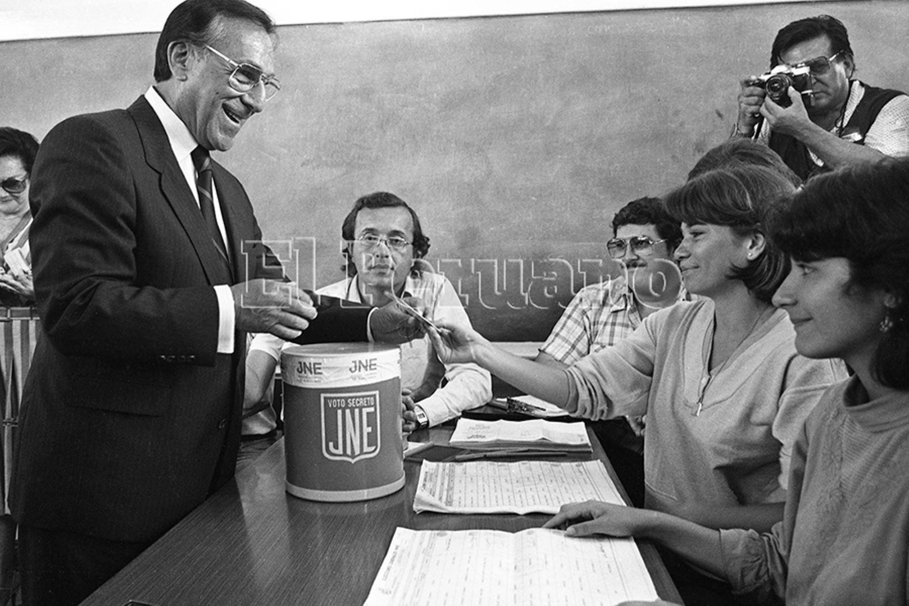 Lima - 14 abril 1985 / Luis Bedoya Reyes, candidato presidencial por el Partido Popular Cristiano,  emite su voto en  las elecciones generales de 1985. Foto: Archivo Histórico de EL PERUANO / Rómulo Luján
