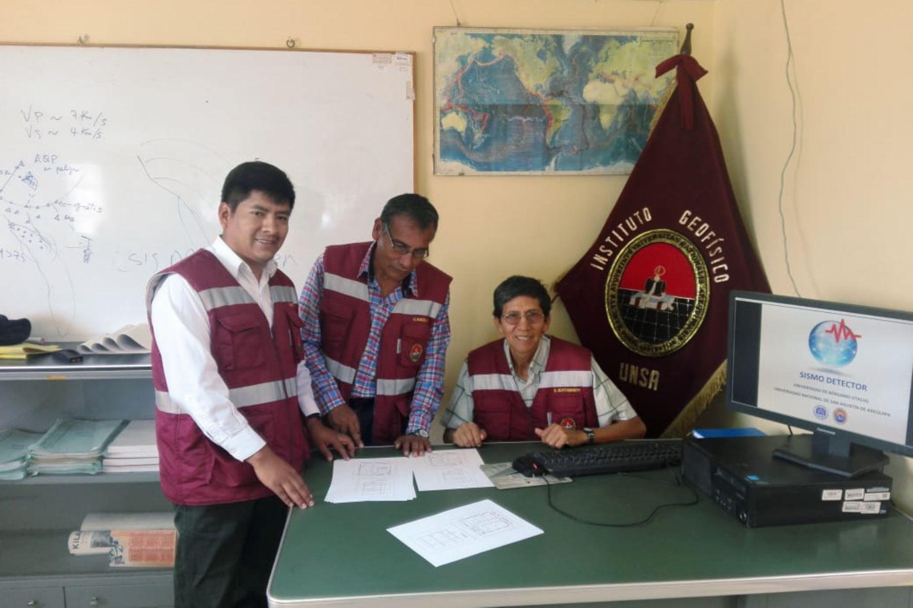 El docente investigador Orlando Macedo (sentado) lidera el equipo de la UNSA que desarrolla aplicación para que el celular sea un sistema de alerta temprana de sismo.