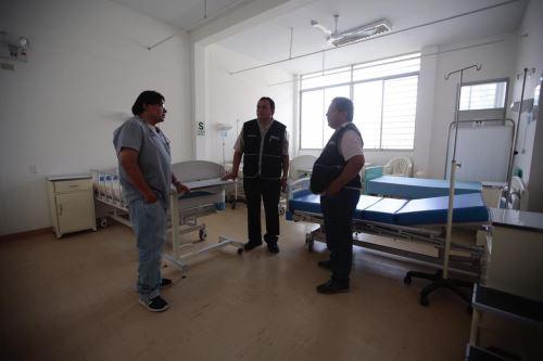 Equipos técnicos del Minsa inspecciona establecimientos de salud afectados por lluvias en Piura.
