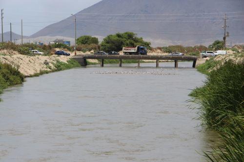 Con maquinaria pesada descolmatarán el río Lacramarca en Áncash. ANDINA