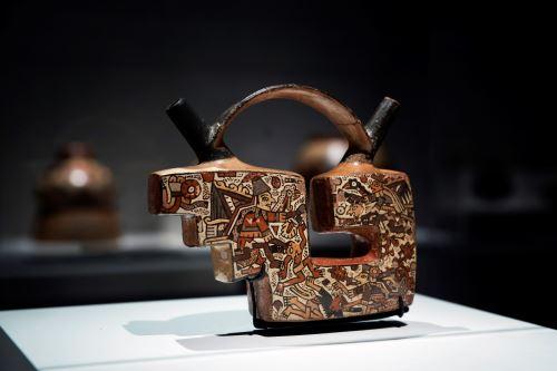 Botella de doble pico y asa puente que representa una escena de combate ritual y captura de cabezas, que forma parte de la exposición que ha presentado la Fundación Telefónica. Foto: EFE