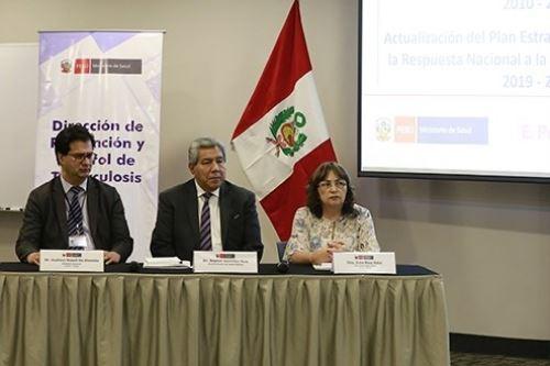 Neptalí Santillán, viceministro de Salud Pública, se reunió con funcionarios de salud de las regiones para evaluar el plan estratégico 2010- 2019 de lucha contra la tuberculosis en el Perú.