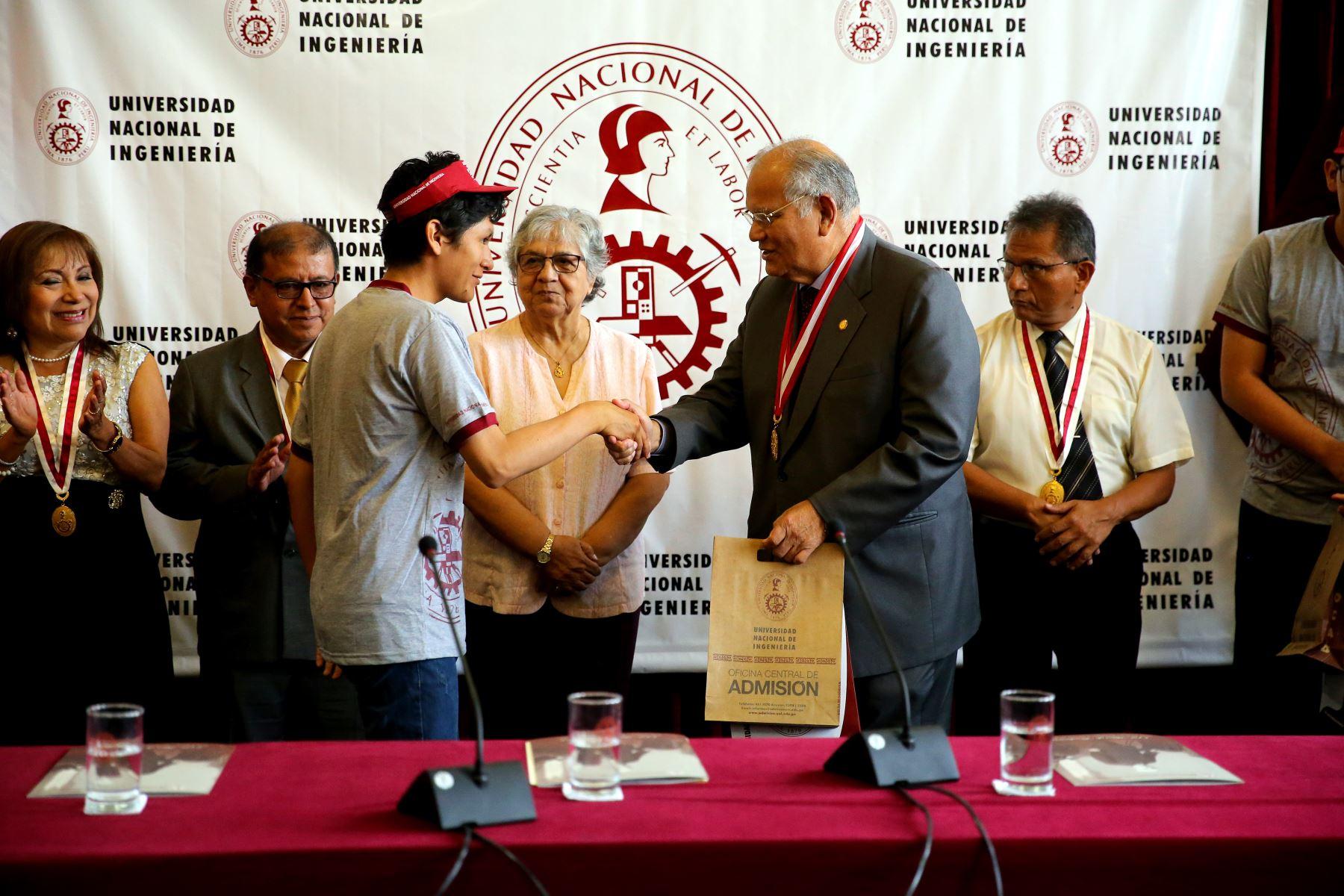 Reconocimiento de los primeros puestos al examen de admisión 2019 en la Universidad Nacional de Ingeniería. Foto: ANDINA/Luis Iparraguirre