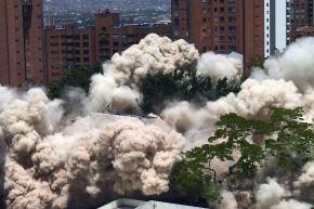 Una nube de polvo envuelve el área durante la demolición del edificio de Mónaco, que fue el hogar del narcotraficante colombiano Pablo Escobar en Medellín Foto: AFP