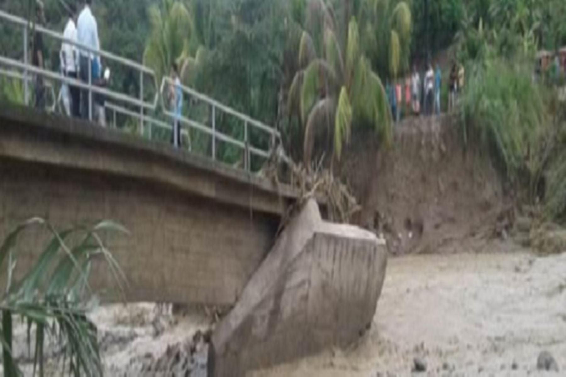 A consecuencia de las fuertes lluvias aumentó el caudal de la quebrada San Juan, que ocasionó el colapso del puente San José que conecta a los centros poblados de San José Bajo - La Cruz - Pan de Azúcar, en el distrito de Cajaruro, provincia de Utcubamba, región Amazonas, informó el Instituto Nacional de Defensa Civil (Indeci).