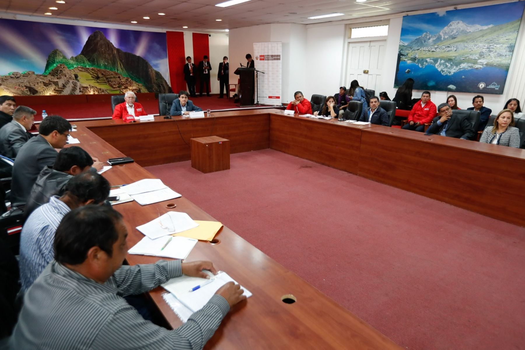 Ministro de Vivienda, Construcción y Saneamiento, Javier Piqué en Cusco con autoridades regionales. Foto: Cortesía.