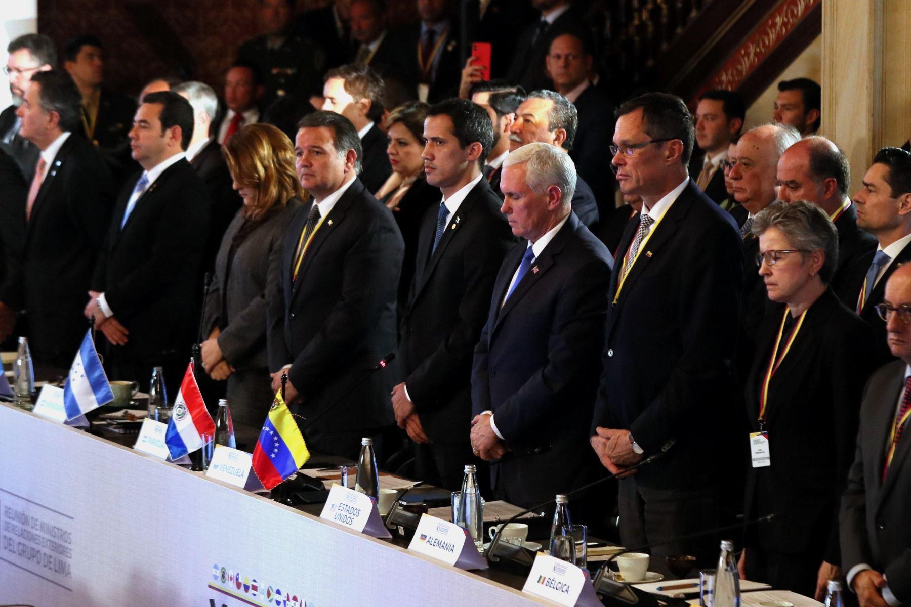 El mandatario interino de Venezuela, Juan Guaidó, y el vicepresidente de EE.UU., Mike Pence, junto a los demás asistentes, guardan un minuto de silencio por la situación que vive Venezuela, durante la cumbre del Grupo de Lima. Foto: EFE