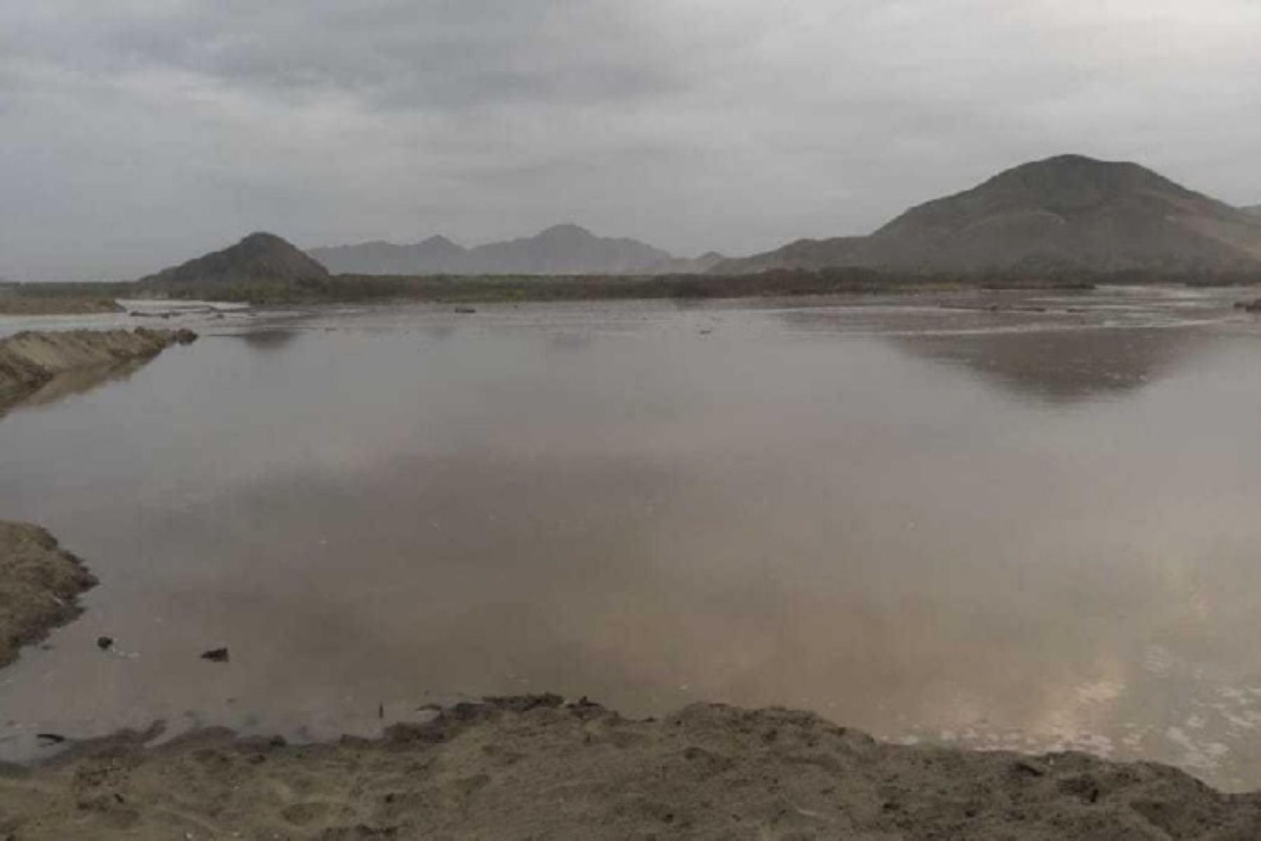 El desborde del río Nepeña en la desembocadura de la playa Los Chimus, muy cerca al centro poblado del mismo nombre, en el distrito de Samanco, provincia ancashina del Santa, lo confirmó el secretario técnico de Defensa Civil de Samanco, Alberto Rodríguez.