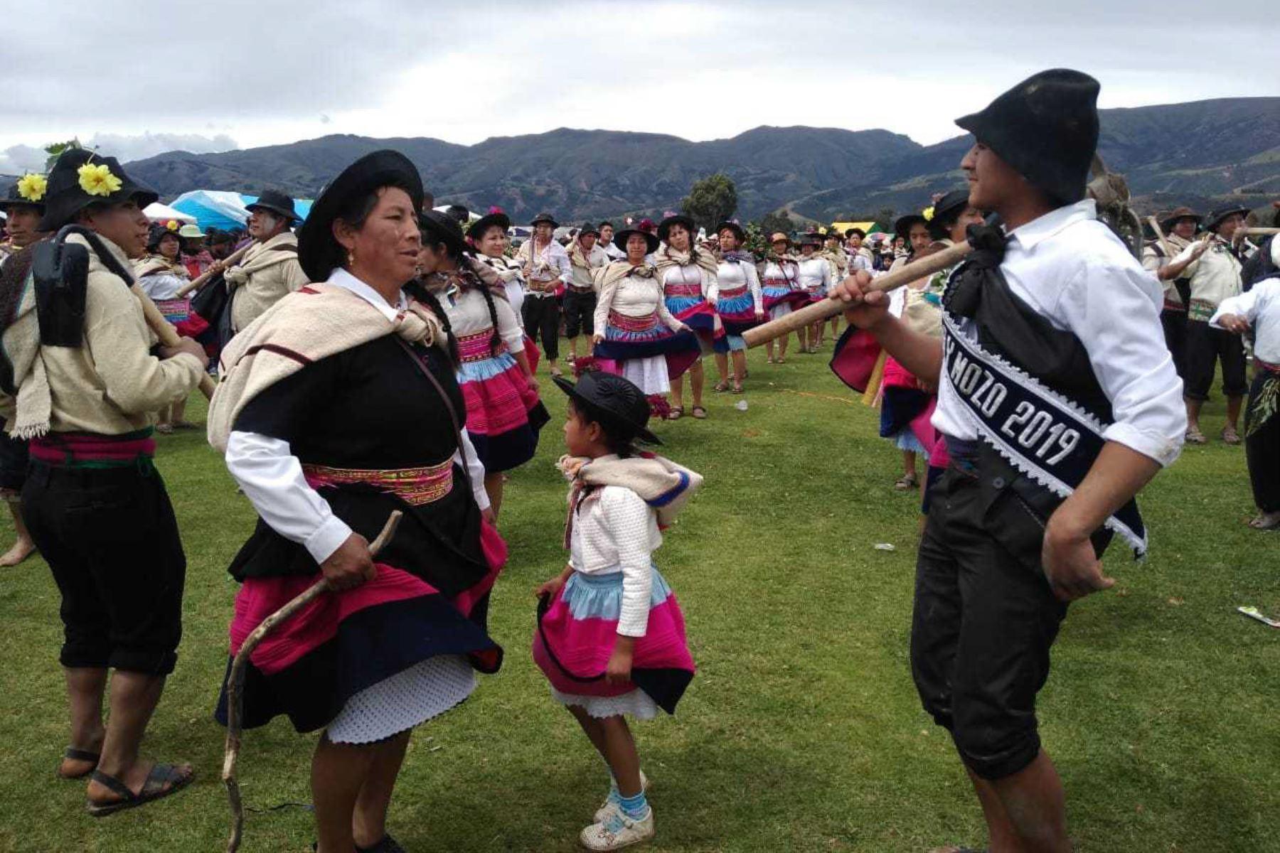 """A fin de rescatar una de las tradiciones más ancestrales de la provincia de Huancayo, pobladores del distrito de Sapallanga, mediante el trabajo comunitario, revivieron la ancestral celebración del """"Akshu Tatay"""", que es el origen del Huaylarsh y los carnavales en esta región central del Perú."""