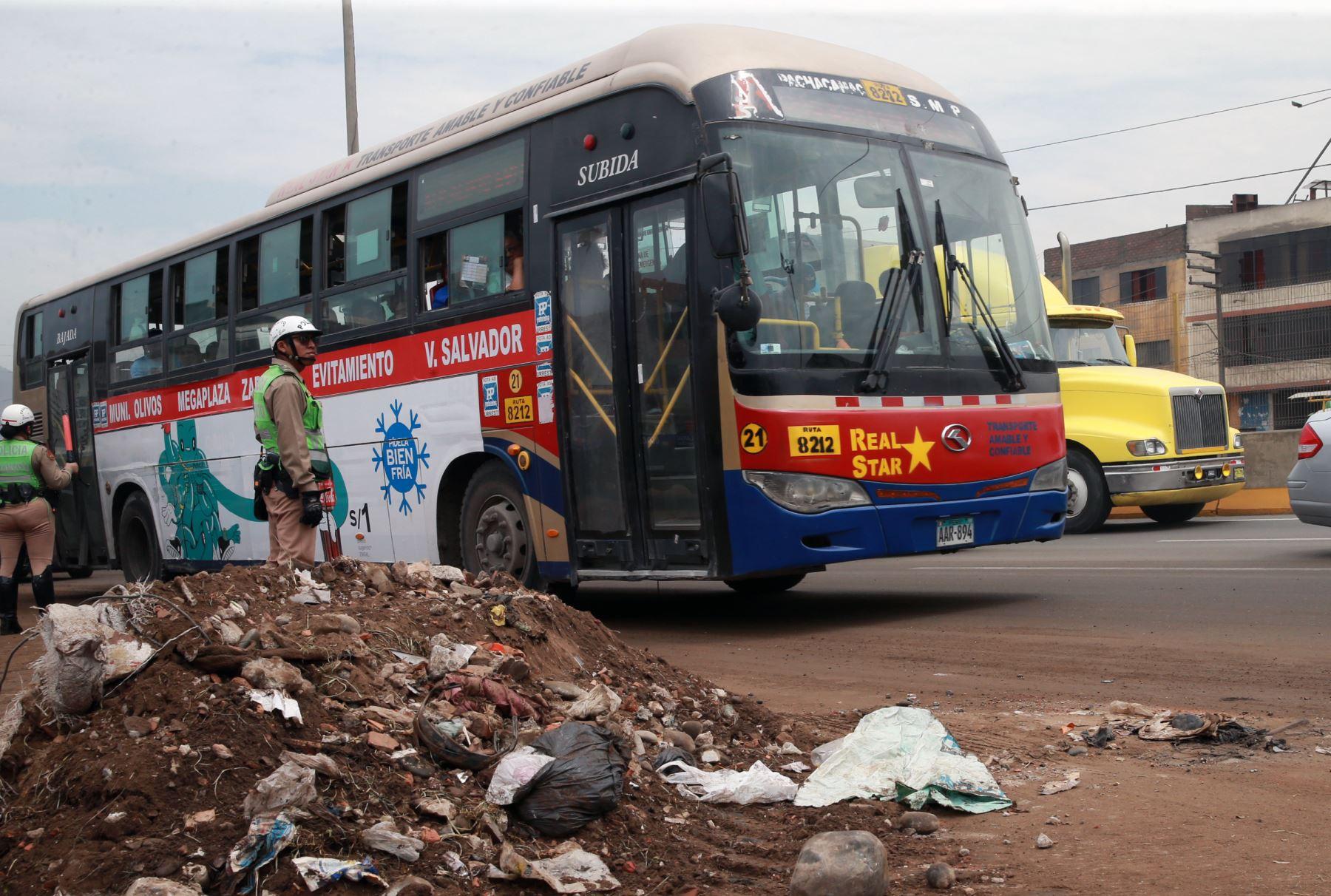 La concesionaria arrojó tierra sobre la pista para contener los accidentes de tránsito. Foto: ANDINA/Norman Córdova