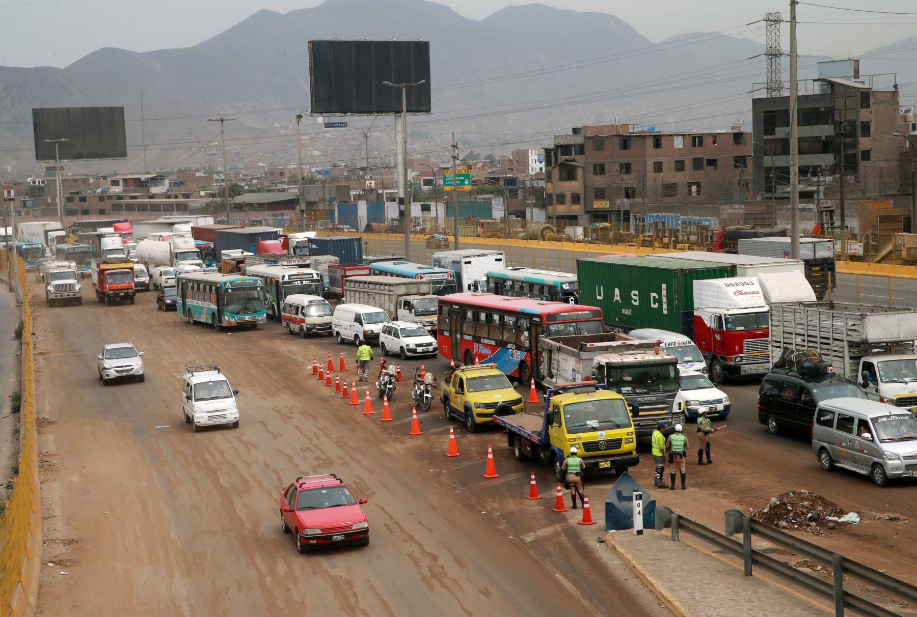 Un carril de la vía aún sigue sin ser abierto. Foto: ANDINA/Norman Córdova
