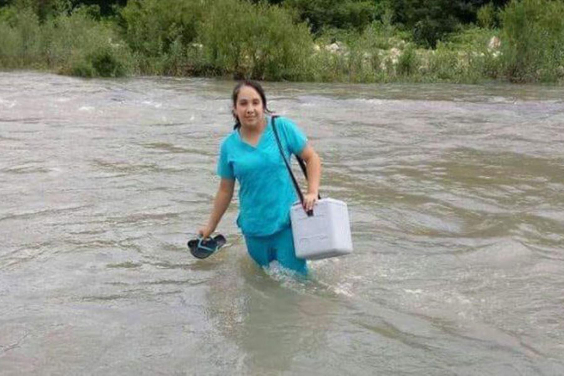 La enfermera Edid Chumacero cruzó un crecido río y caminó por trochas para llegar a la provincia de Morropón, en la sierra de Piura, y salvar a un recién nacido.