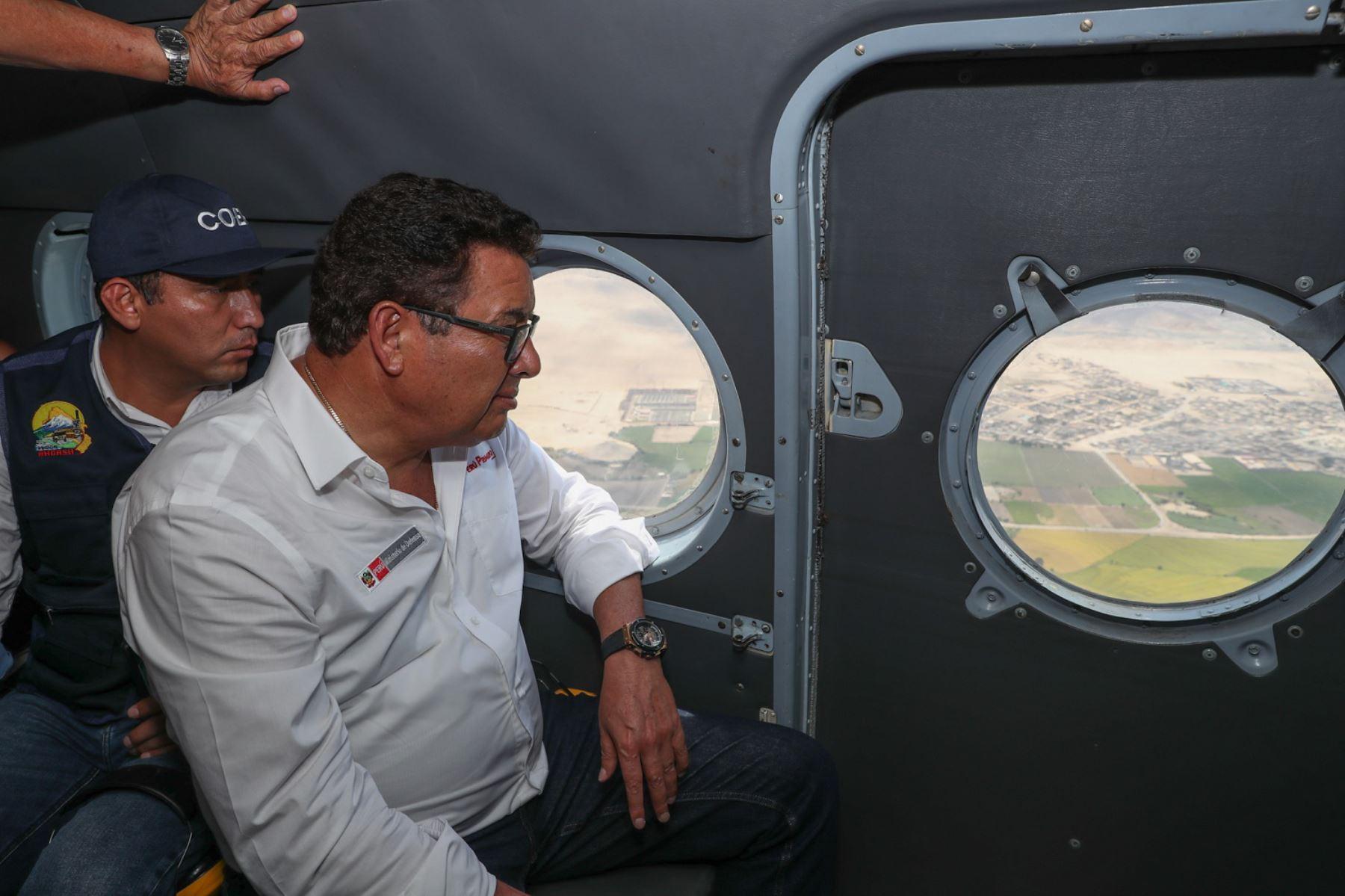 El ministro de Defensa, José Huerta, sobrevoló por las desembocaduras de los ríos Casma, Huarmey y Santa, a fin de evaluar las zonas vulnerables y de riesgo ante las lluvias intensas.