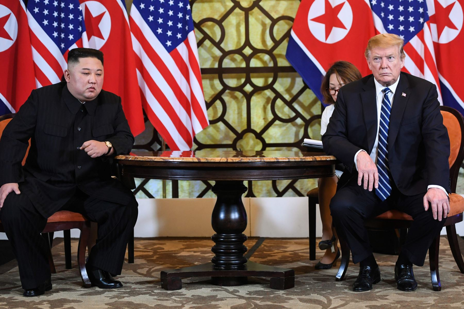 El presidente de los Estados Unidos, Donald Trump (R), y el líder de Corea del Norte, Kim Jong Un, sostuvieron una reunión durante la segunda cumbre entre los Estados Unidos y Corea del Norte. Foto: AFP