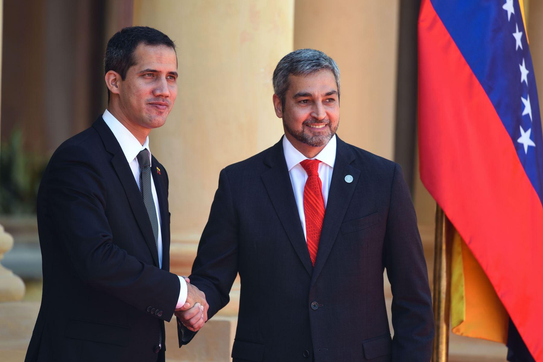 El presidente de Paraguay, Mario Abdo Benítez, le da la bienvenida al líder opositor venezolano y autodeclarado presidente Juan Guaido en el palacio presidencial en Asunción, el 1 de marzo de 2019. Foto: AFP