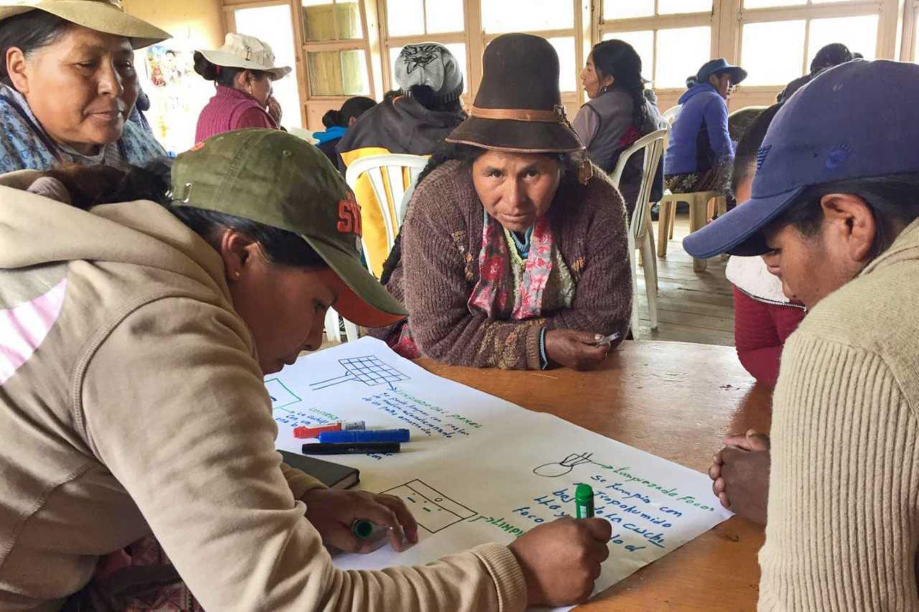 El Ministerio de Energía y Minas promueve Escuelas Energéticas de Mujeres en comunidades rurales de Cusco y Puno, mediante de la Escuela Energética de Mujeres.