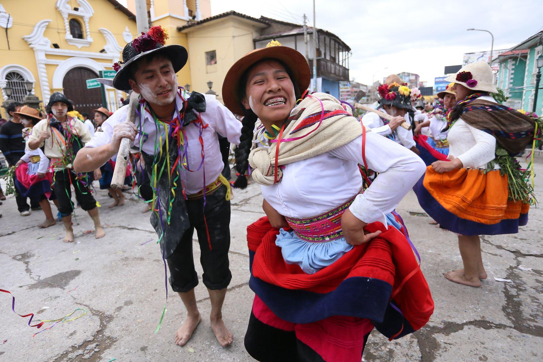 El departamento de Junín tiene en el Huaylarsh a su danza embajadora regional, cuya exultante interpretación cautiva a todo el Perú y el mundo. De claras raíces prehispánicas, pero enriquecida con el mestizaje, esta original expresión del folclor en el valle del Mantaro fue declarada Patrimonio Cultural de la Nación el 23 de febrero de 2005. ANDINA/Difusión