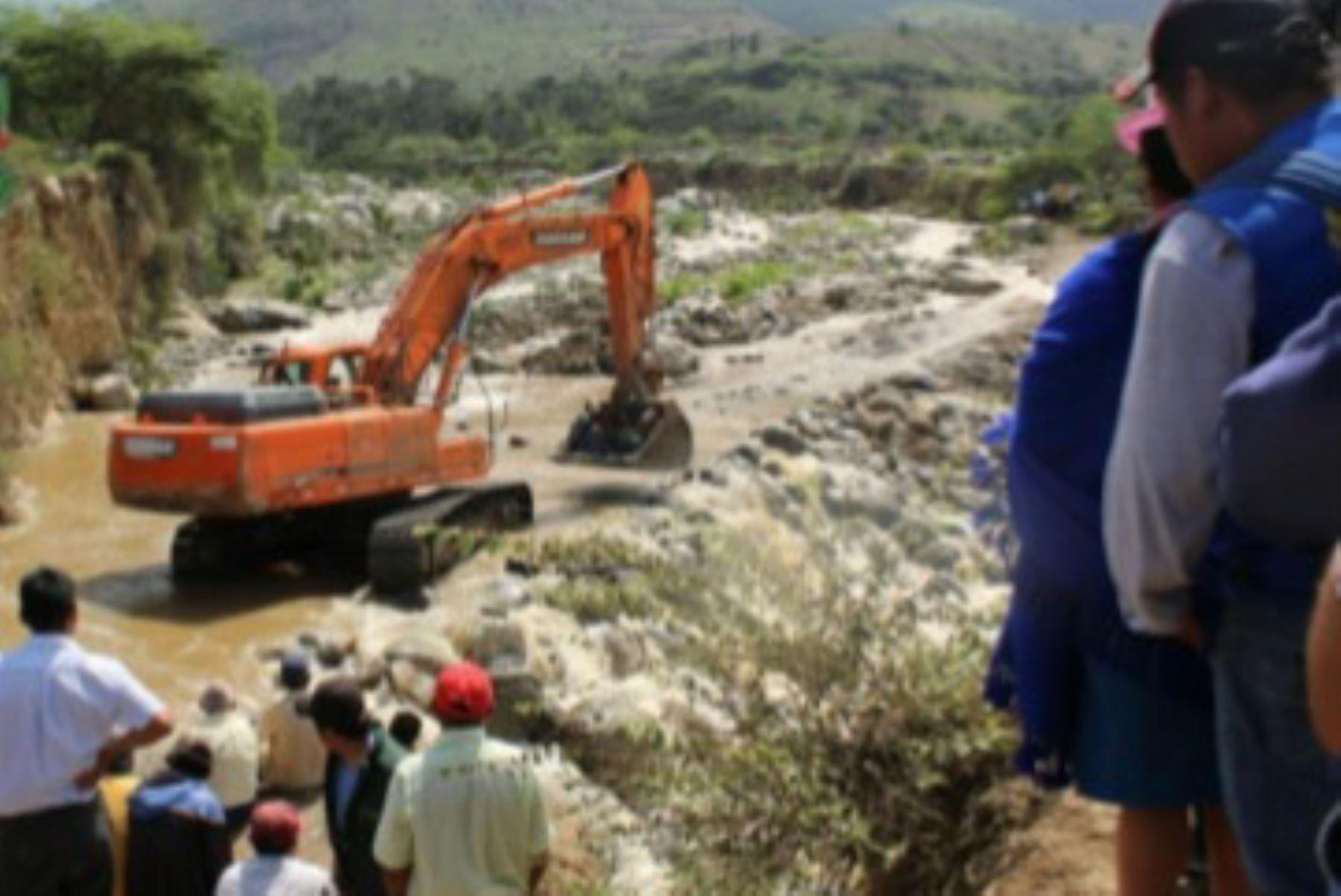 Personal de la municipalidad distrital de Simbal trabaja para reabrir la carretera Trujillo-Otuzco, afectada por la crecida del río Collambay.