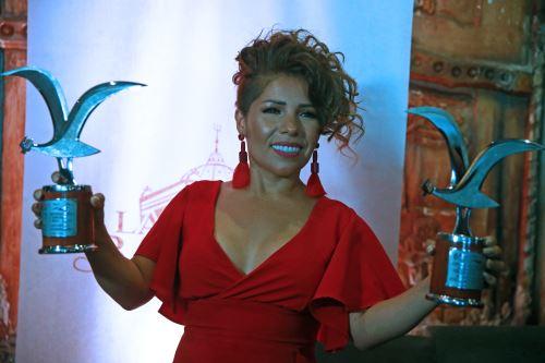 Orgullosa luciendo las Gaviotas de Plata del Festival de Viña del Mar. ANDINA/Vidal Tarqui