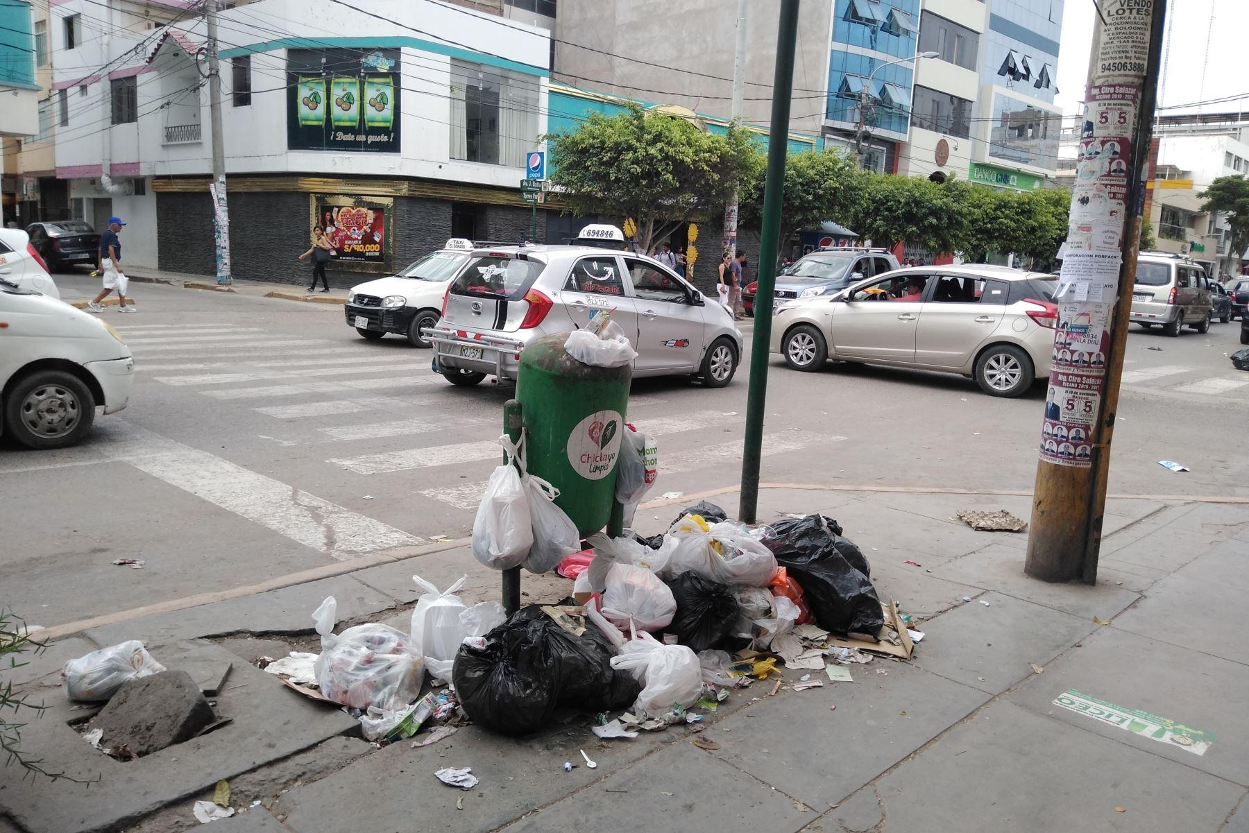 La ciudad de Chiclayo sufre por la acumulación de basura en sus calles. ANDINA